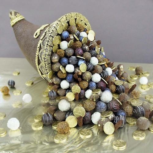 Рог изобилия с конфетами ручной работы