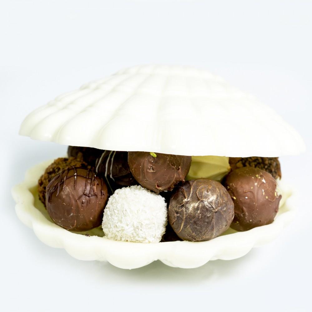 Шоколадная ракушка с конфетами ручной работы