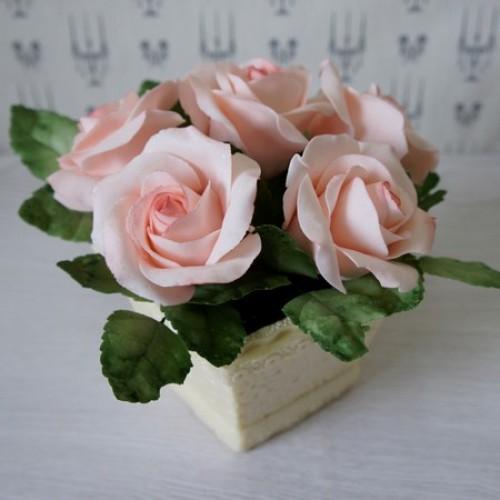 Букет роз в квадратной вазе